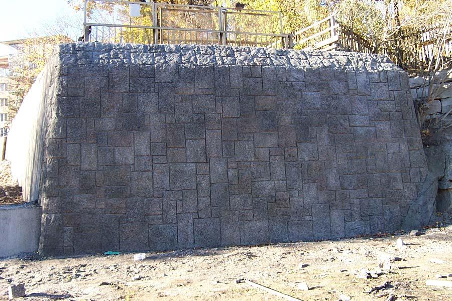 Mur i betong, ser ut som berg- BESAB